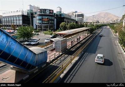 نمایی از بزرگراه اشرفی اصفهانی و مرکز خرید تیراژه که در شرق محله باغ فیض قرار دارد