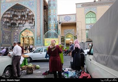 نمایی از ورودی امام زاده گان جعفر و حمیده خاتون که در روزهای پنجشنبه دست فروشان در آن مشغول فروش محصولات خود هستند