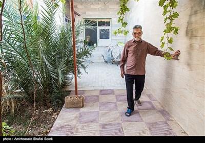 حاج حسین که معمولا از خانه بیرون نمیرود،بخشی از وقت خود را در حیاط منزل سپری میکند.