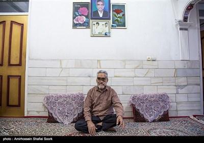 این جانباز سرافراز هشت سال دفاع مقدس از روستای هفتهر و ساکن میبد یزد است که در سن 35 سالگی و پس از اعزام به جبهه، دچار جانبازی شده و اجزای اصلی صورتش را از دست داد.