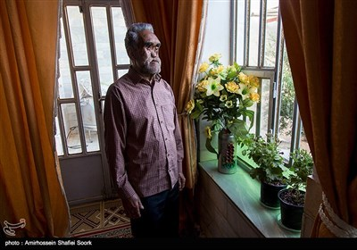این جانباز 70 ساله برای صورتش 25 بار عمل شده و برای ناراحت نشدن و دلسوزی نکردن مردم برایش، 35 سال خانه نشینی را به حضور در جامعه ترجیح می دهد.