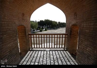 نصب حصار نردههای فلزی بروی سی و سه پل