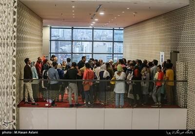 ازدحام جمعیت پس از خروج از سالن فیلم کامیون