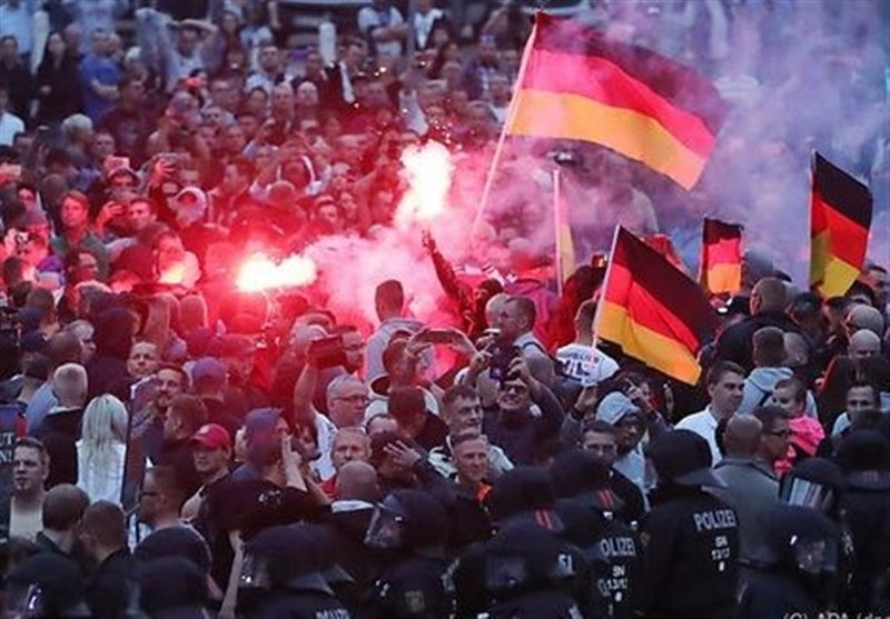 Nine Injured in German Protests for, against Migrants