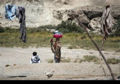 اهالی روستاهای جهت شست و شوی ظروف برای صرفه جویی در آب جیره بندی مسافت های طولانی را طی میکنند و خود را به رودخانه یا چشمه های اطراف می رسانند.