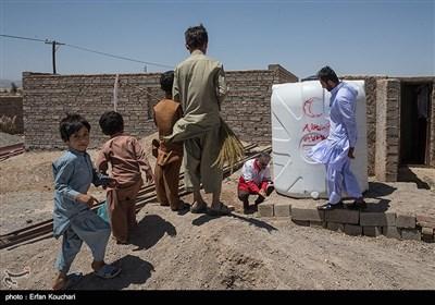 مهندس مصفا معاون سازمان هلال احمر استان سیستان و بلوچستان در حال ارزیابی آب تانکر یکی از روستاها است.