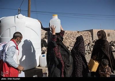 آب رسانی سقایی یعنی در طول روز تانکرهای آب وارد روستاها می شود و مردم با گالنها و ظرف هایی که در دست دارند در صفهای طولانی بایستند تا از آب پر کنند.