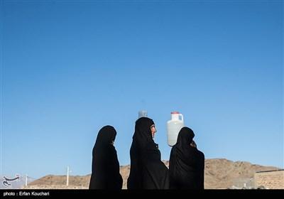 عموما وظیفه انتقال آب از تانکرها به منزل بر عهده زنان و کودکان است.