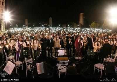 کنسرت خیابانی محمد معتمدی در بوستان آب و آتش با حضور واعظی رییس دفتر رییس جمهور