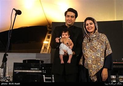 محمد معتمدی خواننده به همراه خانواده