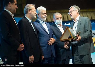 تقدیر از برگزیدگان توسط علی لاریجانی رئیس مجلس و حسن قاضی زاده هاشمی وزیر بهداشت