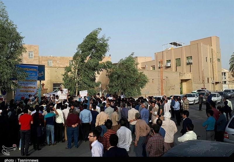 مردم زابل خواستار انحلال شورای شهر/ گِلگرفتن درِ ورودی شورا + تصاویر
