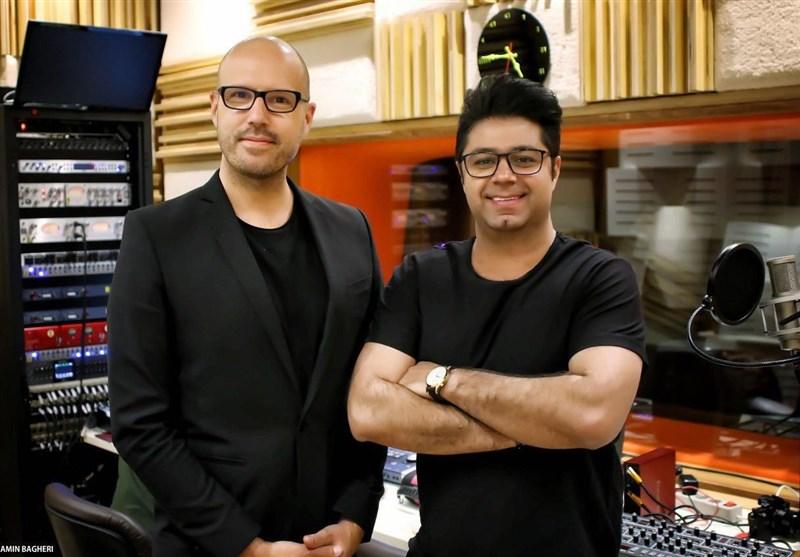 حجت اشرف زاده با گروه شیلر آواز میخواند