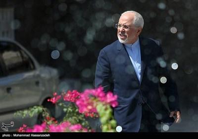 محمدجواد ظریف وزیر امور خارجه در حاشیه جلسه هیئت دولت