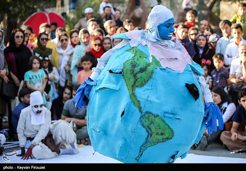 جشنواره تئاتر خیابانی مریوان چتر پوششی تئاتر خیابانی مریوان فراگیرتر شود+فیلم
