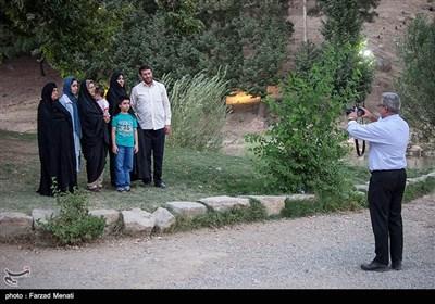 مسافران تابستانی در محوطه تاریخی طاقبستان