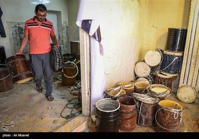محمدرضا ناصر؛ نوه حاج محمدعلی ناصر حرفه دمام سازی را از پدربزرگ خود از زمان کودکی آموخته است و در کنار پدربزرگ به انجام این کار میپردازد.