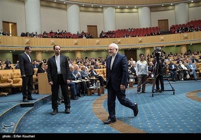تقدیر از محمد جواد ظریف، وزیر امور خارجه توسط رییس جمهور در اختتامیه چهاردهمین جشنواره شهید رجایی