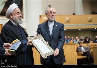 تقدیر از علی اکبر صالحی رییس سازمان انرژی اتمی توسط حسن روحانی رییس جمهور در اختتامیه چهاردهمین جشنواره شهید رجایی