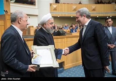 تقدیر از علیاصغر مونسان رئیس سازمان میراث فرهنگی توسط حسن روحانی رییس جمهور در اختتامیه چهاردهمین جشنواره شهید رجایی