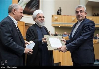 تقدیر از رضا اردکانیان وزیر نیرو توسط حسن روحانی رییس جمهور در اختتامیه چهاردهمین جشنواره شهید رجایی