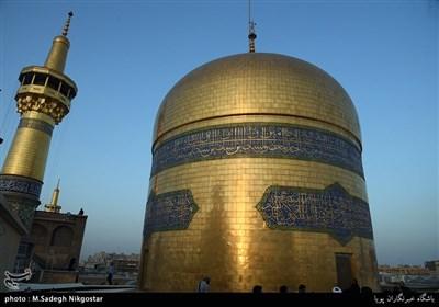 تعویض پرچم گنبد امام رضا(ع) به مناسبت آغاز ماه محرم