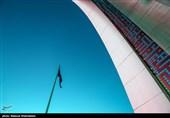 اهتزاز بزرگترین پرچم عزای حسینی در تهران+عکس