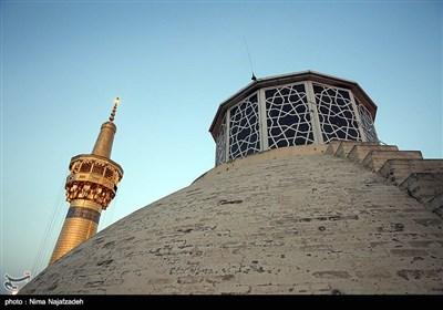 آیین تعویض پرچم گنبد امام رضا(ع) به مناسبت آغاز ماه محرم