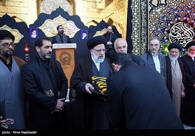 آیین تعویض پرچم گنبد امام رضا(ع) به مناسبت آغاز ماه محرم تصویر