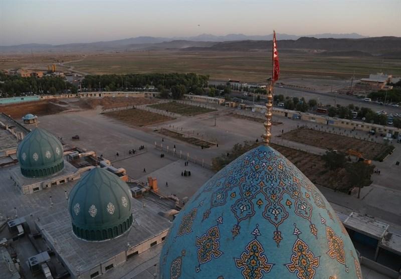 تعویض پرچم مسجد مقدس جمکران همزمان با ماه محرم به روایت تصویر