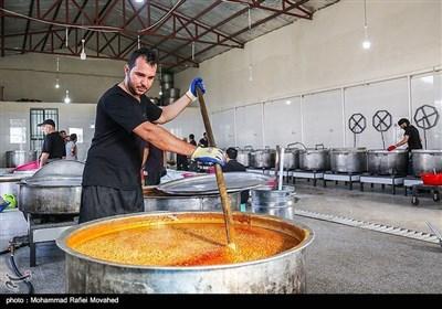 صوبہ کرمان کے دیہی علاقوں میں لنگر، نذر و نیاز کی تقسیم کے مناظر