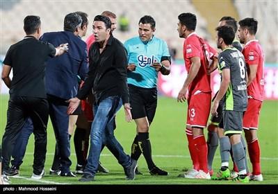 اعتراض جواد نکونام سرمربی تیم فوتبال نساجی مازندران به خاطر اخراج بازیکن تیمش از زمین مسابقه