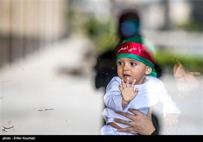 مراسم الطفل الرضیع فی مصلى الإمام الخمینی (رض) بطهران