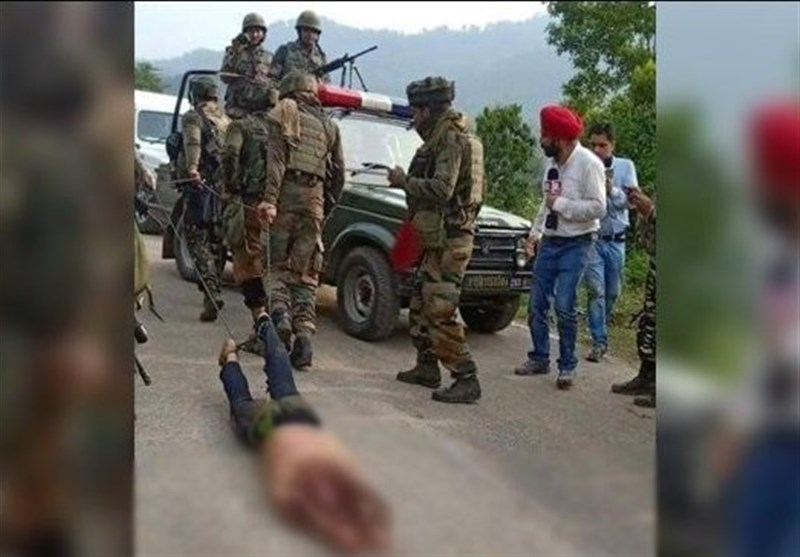 نظامیان هندی پیکر شهید کشمیری را با ریسمان روی زمین کشیدند
