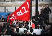 تجلی عشق و دلدادگی محبان اهل بیت(ع) در استقبال از پرچم سرخ حسینی در همدان+فیلم