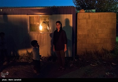 چند سالی را قزوین زندگی کرده بودند بعد از مدتها برمیگردند روستای کلاشی. پدرش در زلزله میرود و او و خواهر و مادرشان تنها میمانند.