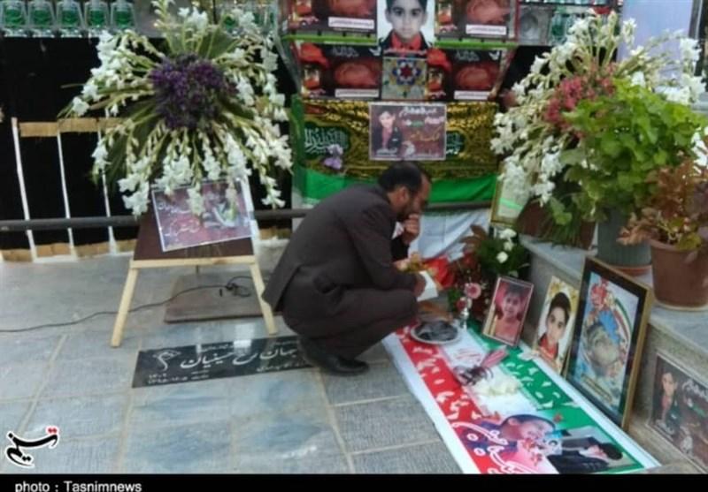 اصفهان| اهدای قرآن یادبود از مقام معظم رهبری به مادر شهید خردسال حادثه تروریستی اهواز + تصویر