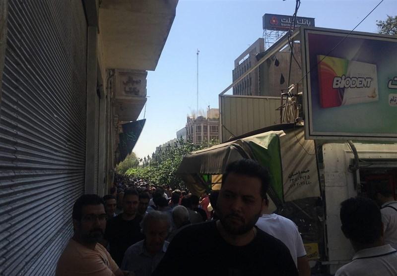 ازدحام جمعیت در فردوسی/ کاهش شدید قیمت دلار در تهران+ عکس
