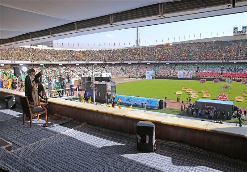 لحظه ورود شورانگیز امام خامنهای به ورزشگاه آزادی + فیلم