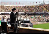 قائد الثورة الاسلامیة خلال ملتقى فی ملعب آزادی