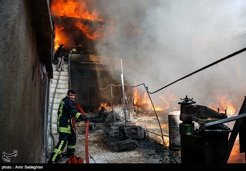 آتش سوزی در انبار تزئینات خودرو در شیراز