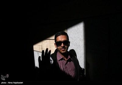 جواد عباسی 26 ساله و فوق لیسانس ادبیات است. او در دوران کودکی دید کمی داشت و تا سن نوجوانی کم کم همان دید را هم از دست داد. جواد سه سال پیش ازدواج کرده و در حال حاضر منبع درآمدش استعداد خاص او در تعمیر گوشی موبایل و نصب نرم افزارهای ویژه نابینایان در گوشی هایشان است.
