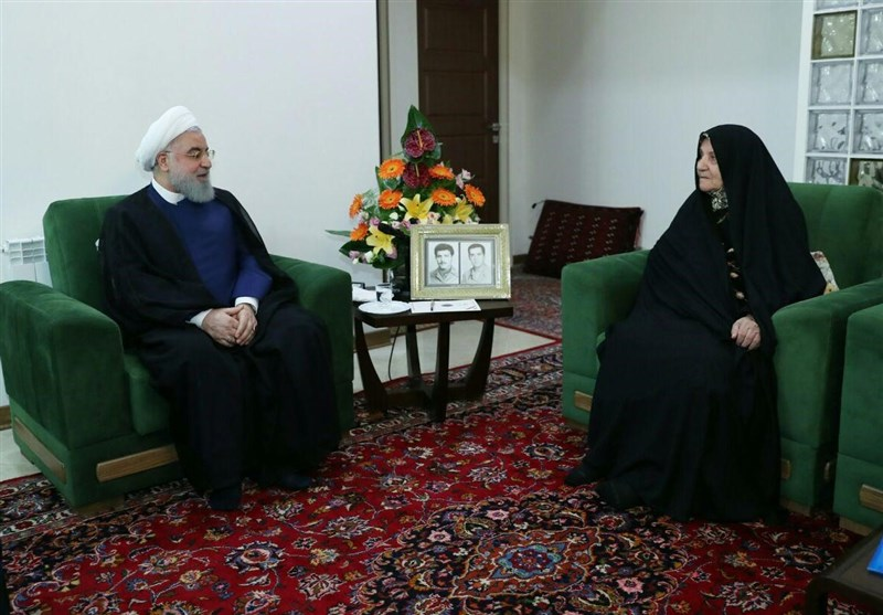 روحانی در دیدار خانواده معظم شهیدان ملاعباسی: دولت با جدیت در مسیر حل مشکلات مردم تلاش میکند
