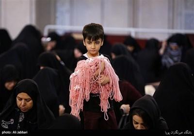 آئین آمادهسازی هدیه متبرک رضوی برای اهدا به میزبانان اربعین حسینی