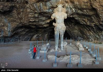 این دره علاوه بر ۶ نقش برجسته مربوط به شاپور اول و بهرام اول و دوم، مجسمه عظیمی از شاپور اول به ارتفاع 6 متر را در غار شاپور، که در ارتفاعی نزدیک به ۸۰۰ متر از بستر رودخانه قرار دارد در خود جای داده است.