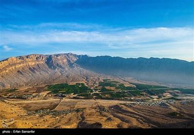 تنگ تاریخی چوگان در 23 کیلومتری شهر کازرون و روبروی شهر باستانی بیشاپور واقع شده و رودخانه شاپور در جهت شمال شرقی به جنوب غربی در میان آن روان است