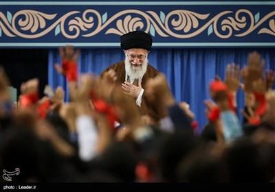 قائد الثورة الإسلامیة یستقبل الالاف من التلامذة وطلبة الجامعات