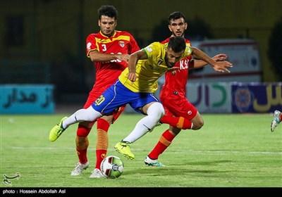 دیدار تیمهای فوتبال صنعت نفت آبادان و فولاد خوزستان