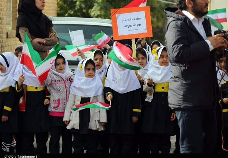 عقربههای ساعت به قرار نزدیک میشود; خروش دانشآموزان بام ایران در راهپیمایی 13 آبان + عکس