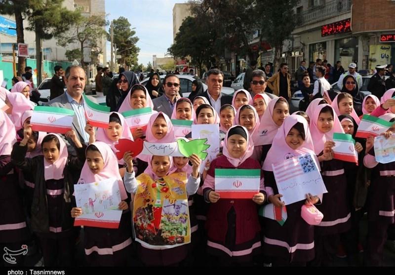 تجمع بیش از 30 هزار دانشآموز قمی در راهپیمایی روز 13 آبان